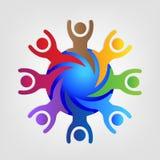Gente felice e riuscita di logo di lavoro di squadra intorno al vettore della carta di identificazione del mondo royalty illustrazione gratis