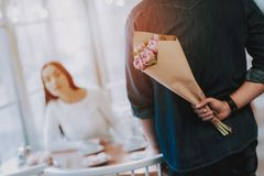 Gente felice Mazzo dei fiori Giorno del `s del biglietto di S immagine stock