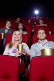 Gente felice nel cinematografo Fotografie Stock