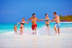 Gente felice sulla vacanza all'isola tropicale fotografie stock libere da diritti