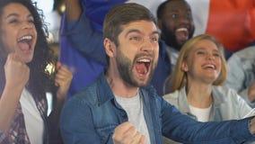 Gente feliz con la bandera francesa que celebra meta del equipo de fútbol nacional, liga almacen de metraje de vídeo