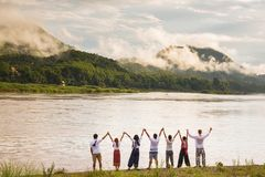 Gente feliz con los brazos aumentados para arriba y gozando de la selva tropical tropical hermosa Fotos de archivo libres de regalías