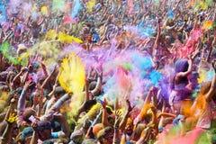 Gente feliz durante el festival de los colores Holi Imagen de archivo libre de regalías