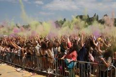 Gente feliz durante el festival de los colores Holi Imagenes de archivo