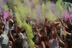 Gente feliz durante el festival de los colores Holi Foto de archivo libre de regalías