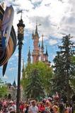 Gente feliz en el centro turístico París de Disneylandya Foto de archivo