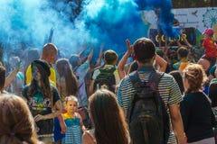 Gente feliz en el festival de Holi de colores Foto de archivo