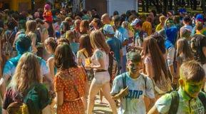 Gente feliz en el festival de Holi de colores Foto de archivo libre de regalías