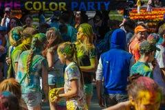 Gente feliz en el festival de Holi de colores Imagenes de archivo