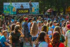 Gente feliz en el festival de Holi de colores Imágenes de archivo libres de regalías