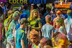 Gente feliz en el festival de Holi de colores Imagen de archivo
