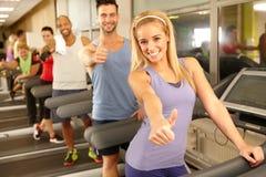 Gente feliz en gimnasio Fotos de archivo libres de regalías
