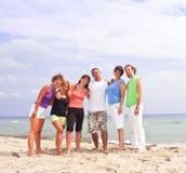 Gente feliz en la playa fotos de archivo