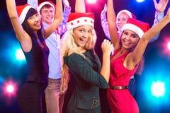 Gente feliz en los sombreros de Papá Noel Fotos de archivo