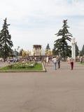 Gente feliz en un parque hermoso en Moscú Imagen de archivo