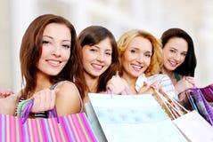 Gente feliz joven hermosa con el regalo Fotografía de archivo libre de regalías