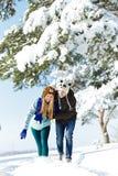 Gente feliz joven que camina en invierno Foto de archivo libre de regalías