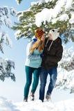 Gente feliz joven que camina en invierno Fotografía de archivo libre de regalías