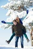 Gente feliz joven que camina en invierno Imagen de archivo