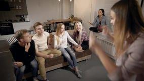 Gente feliz joven que mira palabra de la señora actuando hacia fuera en sitio almacen de metraje de vídeo