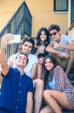 Gente feliz joven que toma un selfie con smartphone Fotos de archivo