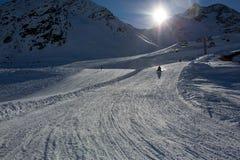 Gente feliz, niños y adultos, resbalando en un día soleado en las montañas del Tyrol fotografía de archivo