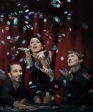 Gente feliz que celebra ganar en un casino fotos de archivo