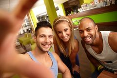 Gente feliz que hace el selfie en gimnasio Fotos de archivo