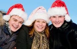 Gente feliz que juega en invierno Imagenes de archivo