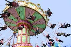 Gente feliz que juega paso grande gigante Fotos de archivo