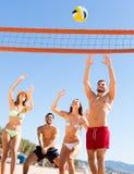 Gente feliz que juega voleo de la playa Fotos de archivo