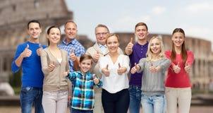 Gente feliz que muestra los pulgares para arriba sobre coliseo Fotografía de archivo