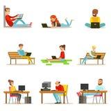Gente feliz que pasa su tiempo usando la colección del ordenador de ejemplos del vector Imágenes de archivo libres de regalías
