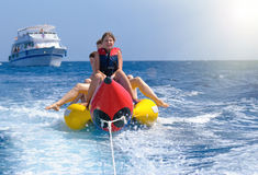 Gente feliz que se divierte en el barco de plátano Foto de archivo