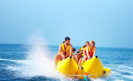 Gente feliz que se divierte en el barco de plátano Fotografía de archivo libre de regalías