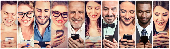 Gente feliz que usa el teléfono elegante móvil Fotografía de archivo libre de regalías