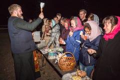 Gente feliz y el sacerdote Dobrush, Bielorrusia Imagen de archivo libre de regalías