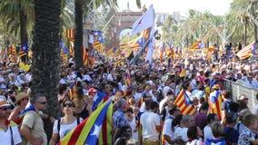 gente festiva que celebra a Dia de Catalunya almacen de metraje de vídeo