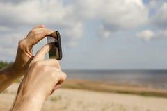 Gente fotografiada usando el teléfono móvil Foto de archivo libre de regalías