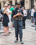 Gente fuera de los desfiles de moda de Armani que construyen para la semana 2014 de la moda de Milan Men Imagen de archivo