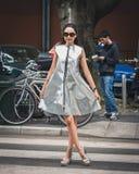 Gente fuera de los desfiles de moda de Armani que construyen para la semana 2014 de la moda de Milan Men Fotos de archivo
