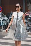 Gente fuera de los desfiles de moda de Armani que construyen para la semana 2014 de la moda de Milan Men Imágenes de archivo libres de regalías