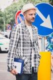 Gente fuera de los desfiles de moda de Armani que construyen para la semana 2014 de la moda de Milan Men Foto de archivo