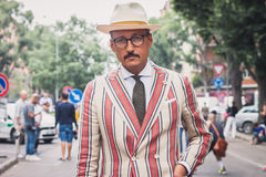 Gente fuera de los desfiles de moda de Armani que construyen para la semana 2014 de la moda de Milan Men Fotografía de archivo