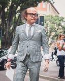Gente fuera de los desfiles de moda de Armani que construyen para la semana 2014 de la moda de Milan Men Foto de archivo libre de regalías