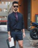 Gente fuera de los desfiles de moda de Armani que construyen para la semana 2014 de la moda de Milan Men Imagen de archivo libre de regalías