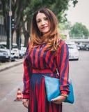 Gente fuera de los desfiles de moda de Armani que construyen para la semana 2014 de la moda de Milan Men Imagenes de archivo