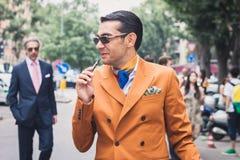 Gente fuera de los desfiles de moda de Armani que construyen para la semana 2014 de la moda de Milan Men Fotos de archivo libres de regalías