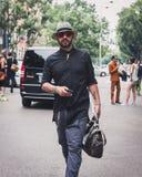 Gente fuera de los desfiles de moda de Armani que construyen para la semana 2014 de la moda de Milan Men Fotografía de archivo libre de regalías