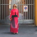 Gente fuera del edificio del desfile de moda de Armani para la molestia de Milan Men Imagen de archivo libre de regalías